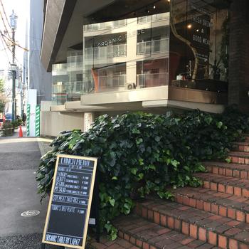 外苑前駅から徒歩6分ほど、神宮前3丁目の交差点にある「ORGANIC TABLE BY LAPAZ(オーガニックテーブル バイ ラパス)」は、外国人の方も多く訪れる人気のヴィーガンカフェです。