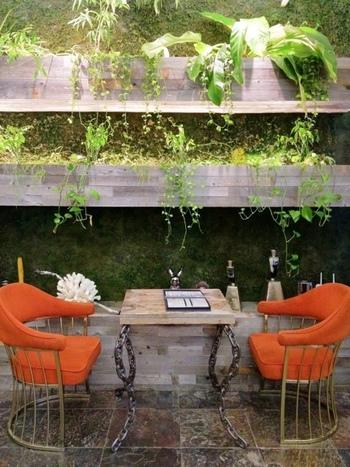 自然光が入る緑豊かなスペースに癒されます。こちらとは別に、落ち着いた雰囲気のサロンスペースもあるので、その日の気分によって使い分けてみませんか?