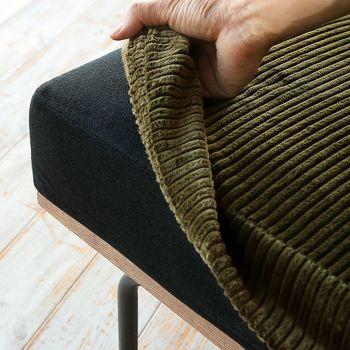そこでおすすめなのがソファーカバーを取り付ける事。素材感も保温効果の高いコーデュロイ生地を選べば、涼しくなる秋の夜長にもぴったりです。取り外しも簡単なので汚れたらすぐ洗えるのも嬉しいですね◎