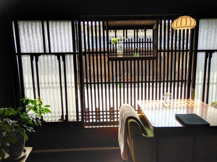 石舞台古墳にほど近い場所にある築200年弱の元酒蔵を改装したカフェ。趣きある店内はレトロな雰囲気が漂い、のんびりゆったり寛げます。