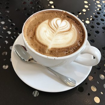 お店のイチオシは、豆の栽培から自社で手掛けるオーガニックコーヒー。ラテを注文するとラテアートを描いてもらえるのもうれしいですね。後味がすっきりしたコーヒーは、どんなシーンでも飲みたくなる一杯です。
