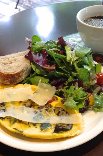 「グリルドベジタブルオムレツ」は、ナスやパプリカなどのお野菜が入ったオムレツとパン、サラダのセット。色鮮やかなワンプレートに気分が上がります。