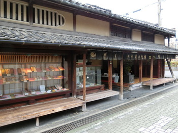 時の太閤・豊臣秀吉にも愛された天正13年(1585年)創業の奈良で最も古い老舗和菓子店。