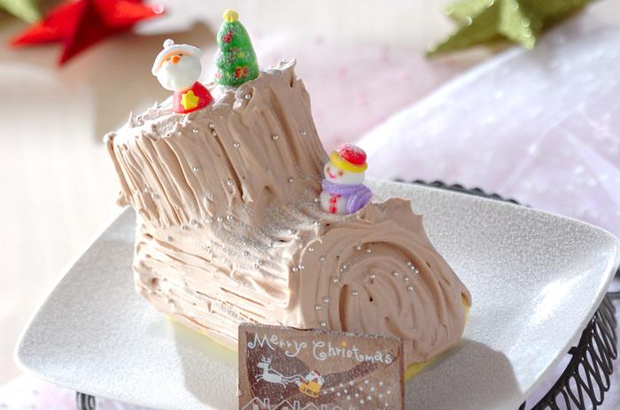 市販のロールケーキを使えば、簡単にブッシュドノエルを作ることができます。基本の作り方と同じように、ロールケーキの先端を斜めに切って切り株に。ココアクリームを塗ってフォークで筋をつけ、飾り付けをします。