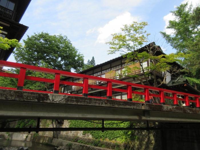 まさに「千と千尋の神隠し」に登場するような赤い橋。四万温泉を訪れたなら、ぜひ立ち寄りたいスポットです。