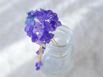 お花のかんざしは、女性らしさをさりげなく演出してくれる、おすすめのアイテム!こちらは、しっとりとした紫の紫陽花のかんざし。深い青がとても美しく、大人っぽく涼やかな雰囲気をプラスしてくれそうです。 お花部分はボリュームもあるので、こんな風にガラスの小瓶に挿すだけで、お部屋のインテリアにも!