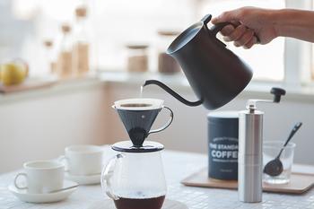 やっぱり寒くなってきたら、あたたかいドリンクが欲しくなります。そこで、休日はぜひ丁寧に淹れたコーヒーを飲みませんか?コーヒーの焙煎されている香りがリビングに広がるだけでとっても優雅な気持ちになりますよね。