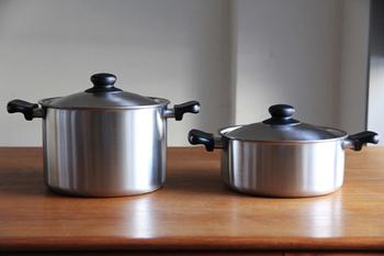 ステンレス製の柳宗理の両手鍋は軽いのでお湯を捨てたりする時にもスッと出来、比較的深さがあるものは、パスタなどの乾麺を茹でる時に便利です。
