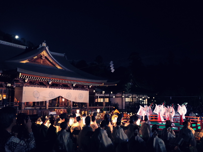 日本最古の神社の一つ。三輪山をご神体とするため、本殿は設けずに拝殿の奥にある三ツ鳥居を通して三輪山を拝するという原初の神祀りの様子を今に伝える貴重な神社です。写真は中秋の日に名月を愛でて行われる観月祭。参道や斎庭には灯火が並べられ、神楽や雅楽が奏でられます。