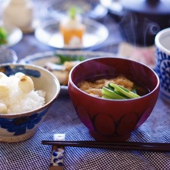 お味噌は基本的にすべて「大豆、塩、水、麹」で作られています。なのに、なぜ種類が分かれるのかというと、それは「作り方」が違うからなんです! お味噌の種類別に美味しいお味噌汁のレシピをご紹介していきます。