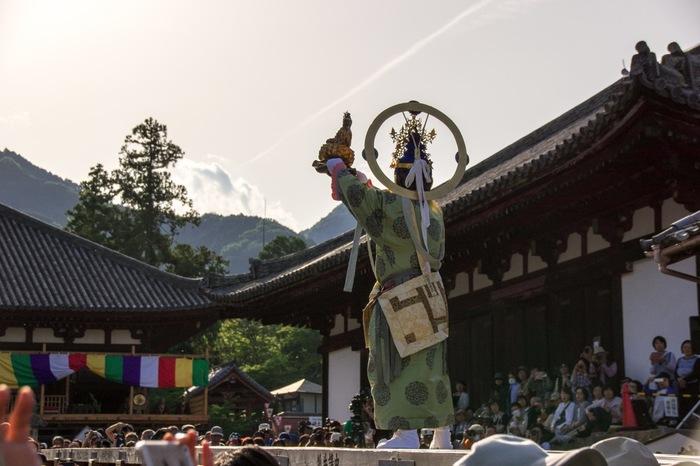 美しい自然に囲まれた葛城市には国宝や重要文化財を数多く所蔵する當麻寺や相撲の開祖「當麻蹶速」を広めるための相撲館、牡丹の名所として知られる石光寺、飛鳥と難波を結ぶ日本で最初の官道といわれる「竹内街道」など歴史にまつわるスポットが沢山あります。  ●奈良市内からのアクセス 「近鉄奈良駅」~近鉄奈良線~「大和西大寺駅」~近鉄橿原線~「橿原神宮前駅」~「尺土駅」(約60分)
