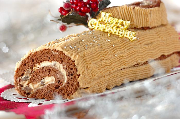 マロンペーストたっぷりのマロンクリームを使い、生地にもマロングラッセを散らした贅沢なブッシュドノエル。大人のクリスマスケーキの飾りは、あえてシンプルに。気品が感じられますね。