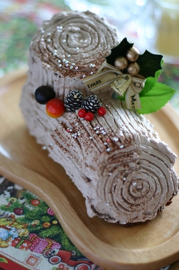 ブッシュドノエルとは、フランス語で「クリスマスの丸太」の意味。ロールケーキにココアクリームを塗り、薪の形にデコレーションしたものです。