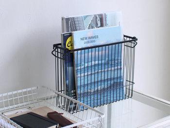 雑誌や大きめの書籍も余裕でおさまる、深型タイプのバスケットです。見通しの良いワイヤーボックスはお部屋に圧迫感を与えにくい上、ラインの細いワイヤーなので上品な雰囲気で使えます。