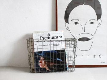 飾らない素朴な作りが素敵なワイヤーバスケットです。雑誌などを無造作に入れても絵になり、簡単・オシャレなブック収納が思いのまま。