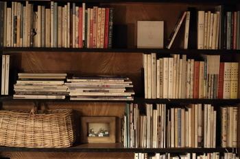 ですが本棚の中は、お気に入りの雑誌、感銘を受けた1冊、これから読もうと思っているものがゴチャゴチャ…。油断すると増え、かさばる本は、収納方法や保管場所が難しいアイテムでもあります。
