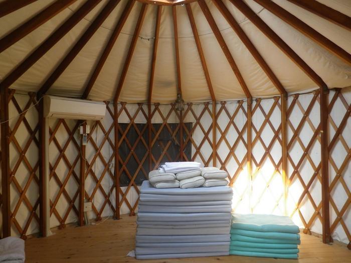 宿泊は、モンゴル式テント・ゲルや、ログハウス、テントサイトを利用することもできます。また、日帰りのデイキャンプもOK。調理器具、食器類、ガスコンロなども完備されています。
