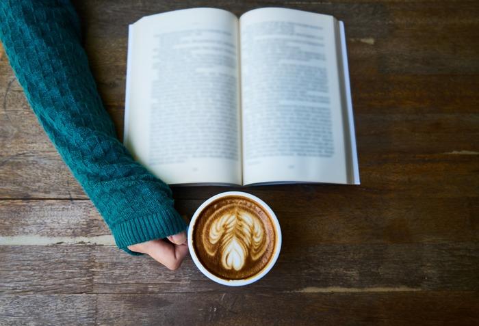 コーヒーを片手にお気に入りの本を読みふける。そんなひとときがサマになる秋。新刊も気になるし、前に読んだ本を読み返すのも一興です。