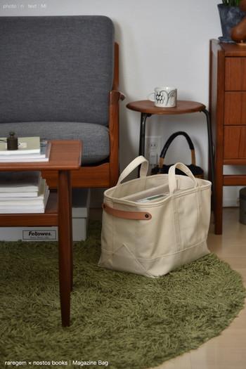 マチの広い丈夫な帆布バッグを本の居場所に。手軽に持ち運びできるので、リビング、キッチン、寝室など、読みたい場所にどこでも移動でき、掃除の時もラクラク。