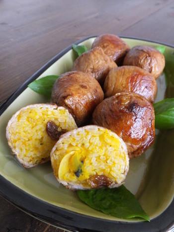 ボリュームのある肉巻きおにぎりのレシピです。カボチャとレーズン、アーモンドをまぜたご飯を使っていて、外と中の見た目のギャップを楽しめます。カボチャの甘味とお肉のしょっぱさがよく合う一品。