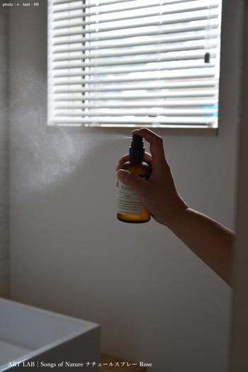 除菌、消臭効果のあるスプレー、さらに天然のハーブの香りとなればぜひ使いたいですね。霧が細かいスプレーだと空間に吹きかけても床が濡れる事がないので、自分の好きなハーブの香りを選んでください。