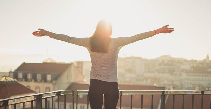 一番簡単に、自分の意志で自律神経を整える方法は深呼吸です。ゆっくり呼吸する事で神経の興奮をなだめ、体がゆるんで血行がスムーズになります。
