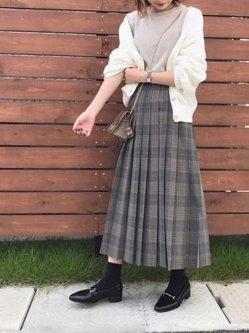チェック柄のプリーツスカートは穿くだけで秋の装いにしてくれます。ローファーとの相性も抜群!ソックスの絶妙な丈感が下半身に重さをを与えないコーデとなっています。