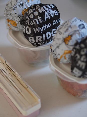 おにぎりは柄のホイルで巻いて入れるだけで素敵な見た目に。100円ショップでもたくさんの柄が売られていますよ。小分けになるので、食べる時にもパッと手に取れて便利。