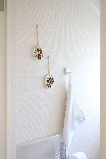 狭い空間ですが、壁などの空間には好きなものを飾って楽しみたいですよね。リビングと同じようにトイレも目にする機会が多くなる場所なので、ずっと同じアイテムではなく、季節によって変えましょう。大きなものは落ちてしまったりするので、小さめのアイテムをいくつかが飾ってみるのがおすすめです。
