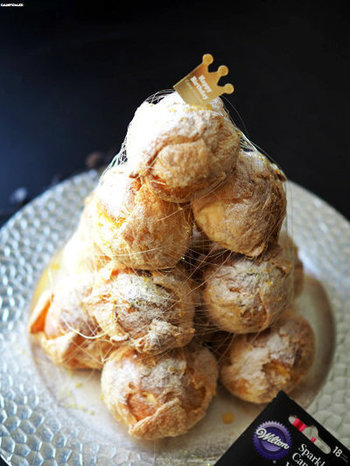 クロカンブッシュとはカスタードを入れたシューを飴などで貼り付けながら、円錐型に積み上げたフランスの飾り菓子です。
