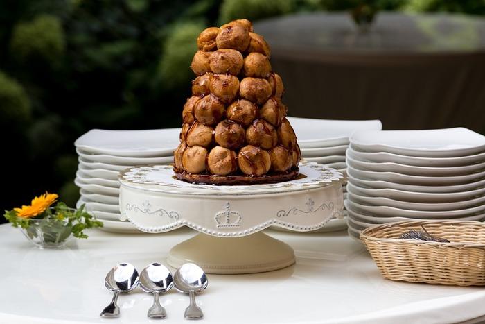 フランスではウェディングケーキといえば、クロカンブッシュを思い浮かべる人が多い定番のケーキです。日本でも、高さが出て見栄えの良いクロカンブッシュを選ぶカップルが増えています。