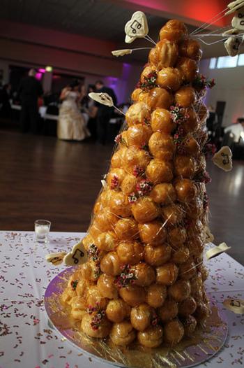 クロカンブッシュに積み上げられるシューはフランス語でキャベツの意味。キャベツは子孫繁栄をあらわす縁起物で、結婚式にはぴったりですよね。また、シューはお祝いをしてくれる人々もあらわしているため、高く積むのが良いともされています。