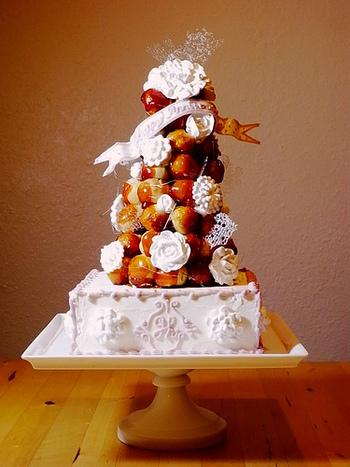 シューを積む数を調整すると、高さやボリュームをアレンジしやすくなるクロカンブッシュ。小さめに作ることもできるので、少人数の家族でも特別感のあるお祝いのケーキになりますね。