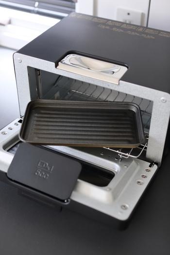トースターの内部の掃除には、セスキ炭酸ソーダが有効です。キッチンペーパーなどにセスキ炭酸ソーダを染みこませ、汚れのひどい部分にパックします。しばらく放置したあと、しっかりと水ぶきして仕上げましょう。