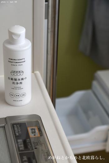 製氷機は自動製氷機用の洗浄剤を使って、掃除するのが一般的です。専用洗浄剤を使わないときは、クエン酸でも代用できます。クエン酸を溶かしただけだと、洗浄が終わっているのかどうかよくわからないため、食紅を溶かして色をつけておくとわかりやすくなります。