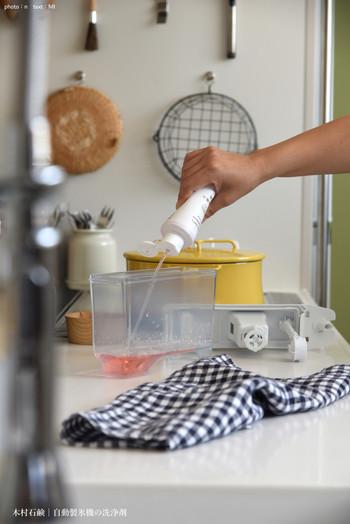 専用洗浄剤はあらかじめ、ピンク色などの色がついています。こちらの洗浄剤は、水を400㏄くわえて製氷を行うだけで、簡単に製氷機の掃除ができるという優れものです。
