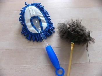 表面のほこりを落とすのに便利なのが、ハンディモップです。全体の汚れをささっと落としてから、拭き上げるとさっぱりと仕上がります。