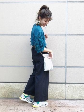 お袖のフリンジが印象的な秋色ブルーのトップスに、ワイドパンツを合わせて。スニーカーやメタリックなミニショルダーでスポーティー感を程よくプラスしたNEWなBOHOスタイルです。
