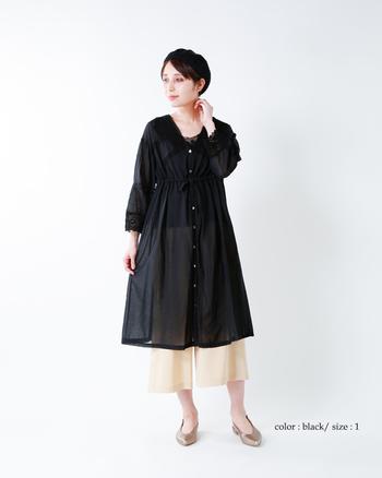 アンティークな雰囲気のブラックシャツワンピース。お袖や胸元のギャザー使いでふんわりと体型もカバーしてくれます。ガウチョパンツの上に重ねたり、レギンスに重ねたりと様々なコーデを楽しめそう。