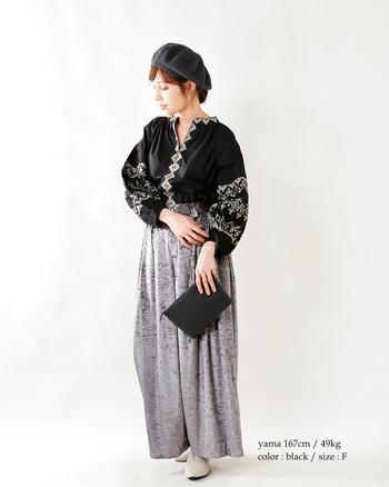 オリエンタルな雰囲気あふれる贅沢な刺繍が印象的!ふんわりお袖のブラウスをゆったりとしたベロアパンツに合わせて大人っぽく。