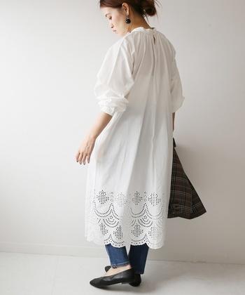 デニムパンツの上からフワッとまといたい、ピュアな雰囲気の白コットンワンピース。襟元のギャザーにフンワリお袖、裾のカットワークレースでフェミニンに。