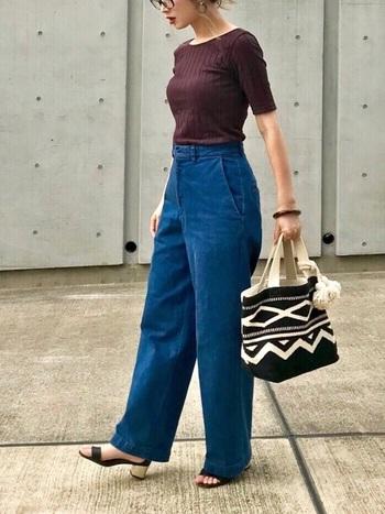 秋色カットソー+ワイドデニムというシンプルスタイルに、バッグだけ民族的なBOHOスタイルを取り入れたコーデ。これだけでもいつもとひと味違った雰囲気に早変わり!