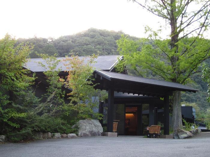 宝塚歌劇のある宝塚駅から電車で約8分で到着する武田尾温泉。有馬や宝塚と並んで裏六甲の三大温泉とされています。
