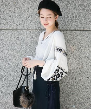 刺繍が入ったボリューミーなふんわりお袖のトップスで作る、モノトーンコーデ。BOHOを取り入れながらもベレー帽やファーバッグで全体的に上品にまとめています。