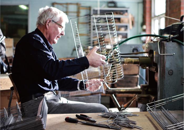 こだわりはデザインのみならず、家具の作られる工程にも。「SLOW PRODUCTION」をコンセプトに、商品の梱包や素材など、人と環境に配慮したもの作りを実践しています。