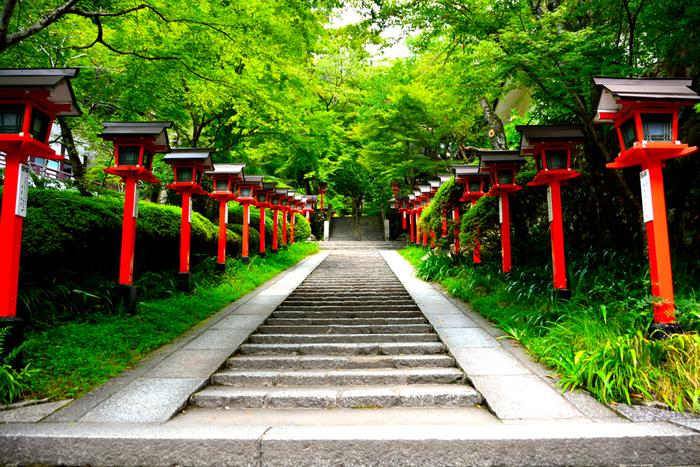 近隣には、源義経が預けられていた鞍馬寺があります。赤い灯篭が立ち並ぶ参道は和の情緒を感じさせますね。