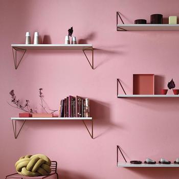 棚らしいシンプルな壁面収納。必要な場所に必要なだけ取り付けられるから、広い部屋でも狭い部屋でも活躍してくれます。