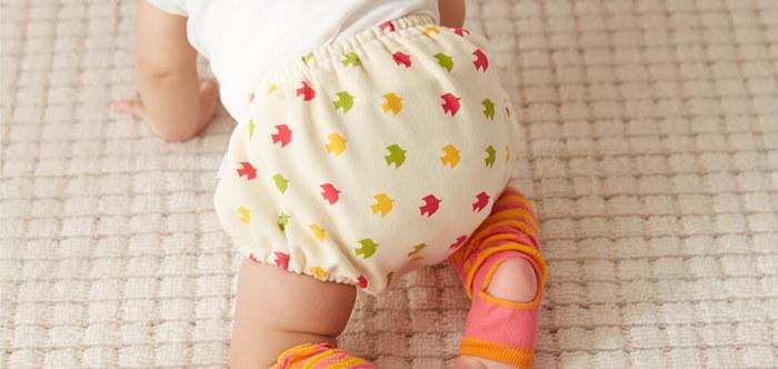 赤ちゃんのオムツ姿は可愛らしくて、見ているだけでほっこり心が癒されます。 こちらのベビーブルマは、そんなオムツ姿をさらに可愛らしくしてくれるアイテム。 素材は、赤ちゃんが動きやすいニット素材で、肌に優しいダブルガーゼ素材のものなど豊富なデザインから選ぶことが出来ます。