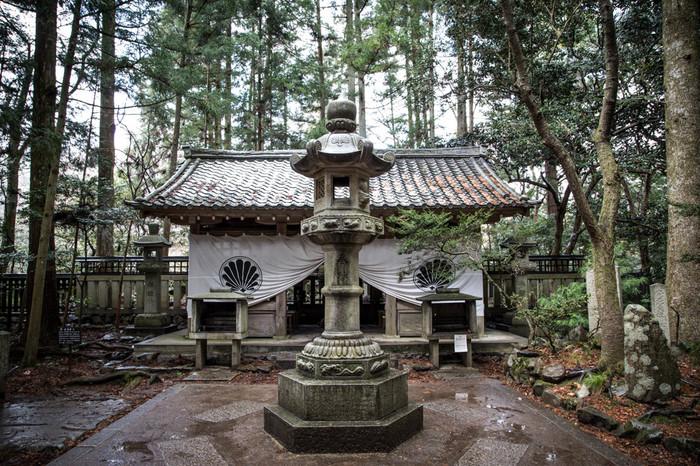太古の昔に護法魔王尊が降臨したとされる、鞍馬寺の「奥の院・魔王殿」。源義経はここで剣術修行を行っていたと言われています。