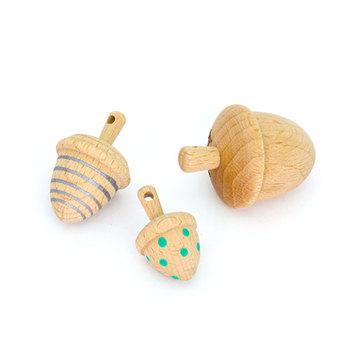 ヨーロッパ産のビーチ材でdongri(ドングリ) のシルエットを削り出したコマのセット。 3種類のサイズが1セットになっていて、 大きいサイズには、kiko+のロゴを刻印されています。 クルクルとまわして遊ぶのは勿論、ヘタ部分に空いている穴に、付属のシルバーのヒモを通せばネックレスとしても楽しめます。 kiko+のおもちゃは、国際的な玩具安全基準をクリアしているので、赤ちゃんに安心して遊ばせてあげることが出来ますね!